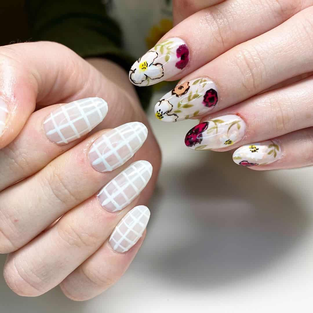 Most versatile nail design are round nails. It has many advantages and one of them is its durability. From foil to floral designs, you can choose from many designs. #naildesigns #nailart #round #nails